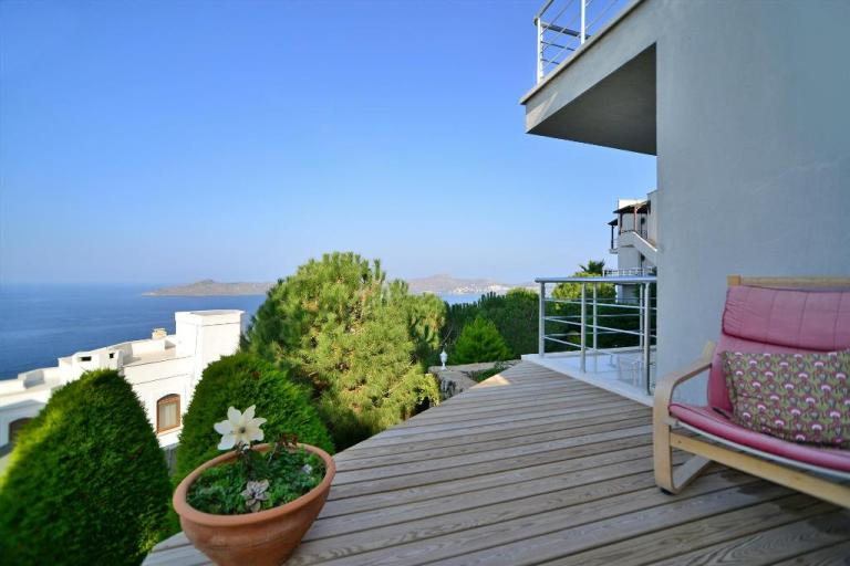 Two-bedroom ground floor apartment, two shared pools, private garden, Yalikavak, £135,000